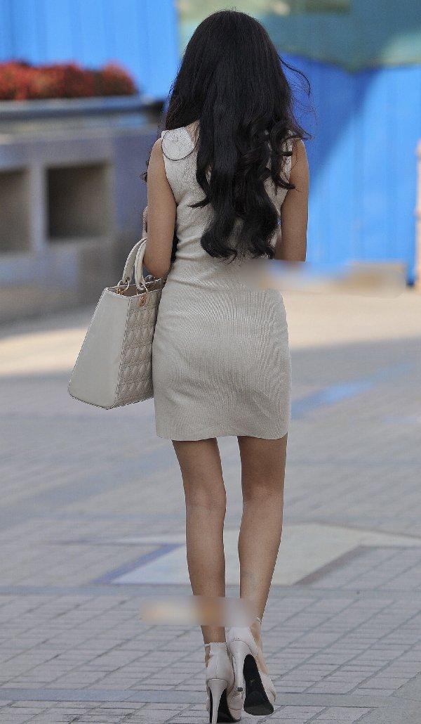 タイトスカートからパンツが透けてる (14)