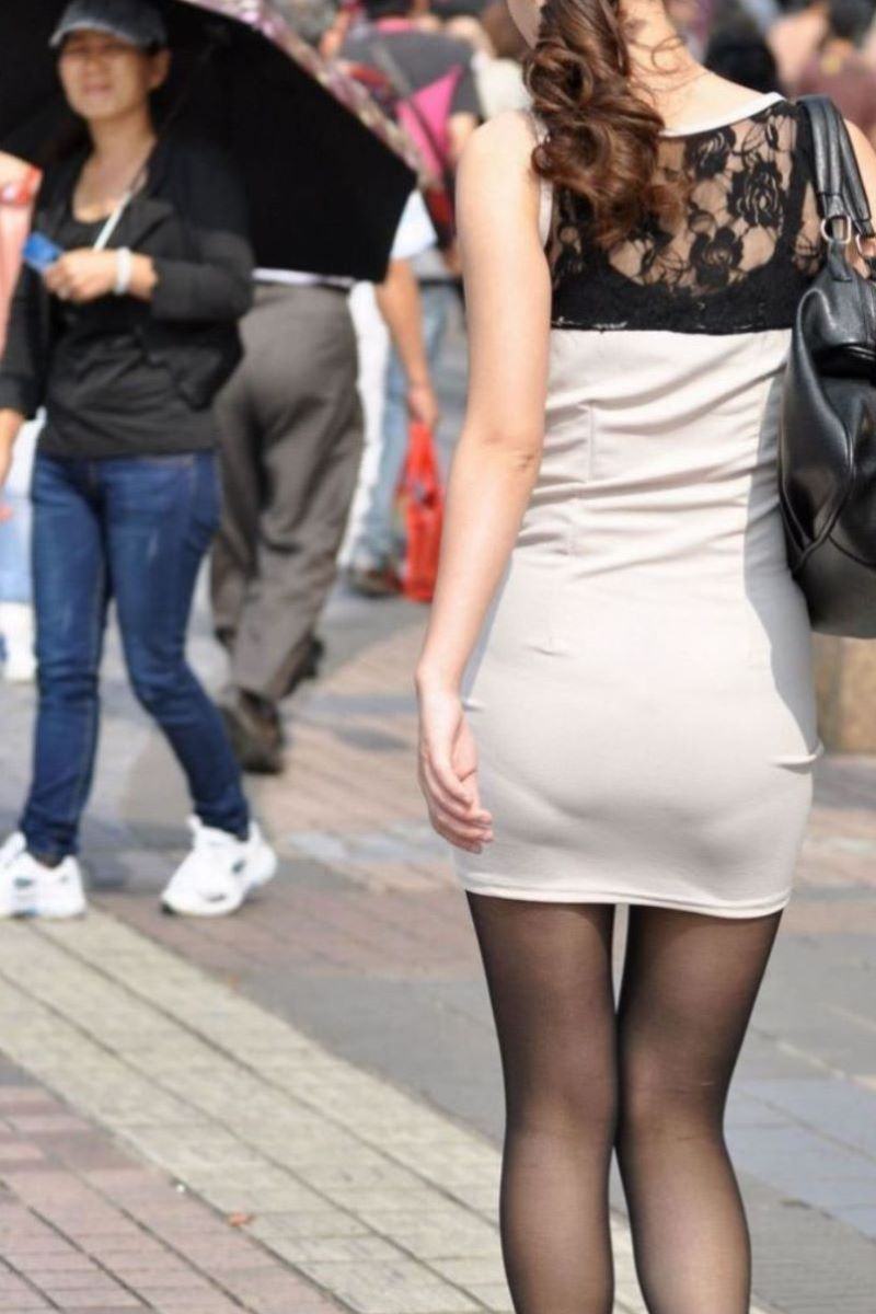 タイトスカートからパンツが透けてる (5)