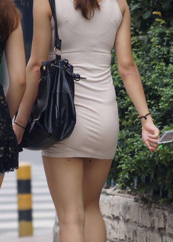 タイトスカートからパンツが透けてる (2)