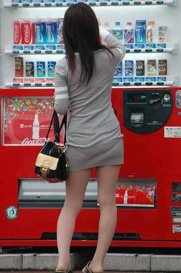 タイトスカートからパンツが透けてる (7)