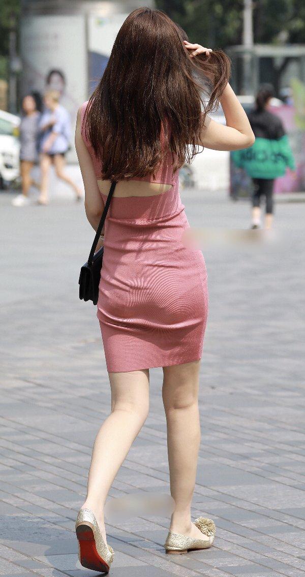 タイトスカートからパンツが透けてる (8)