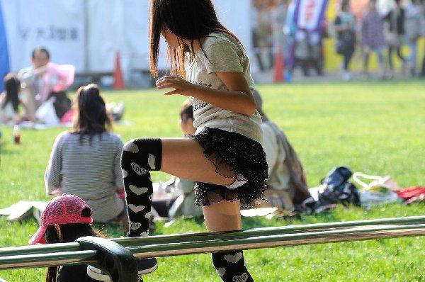 無防備に座ってパンチラ (15)