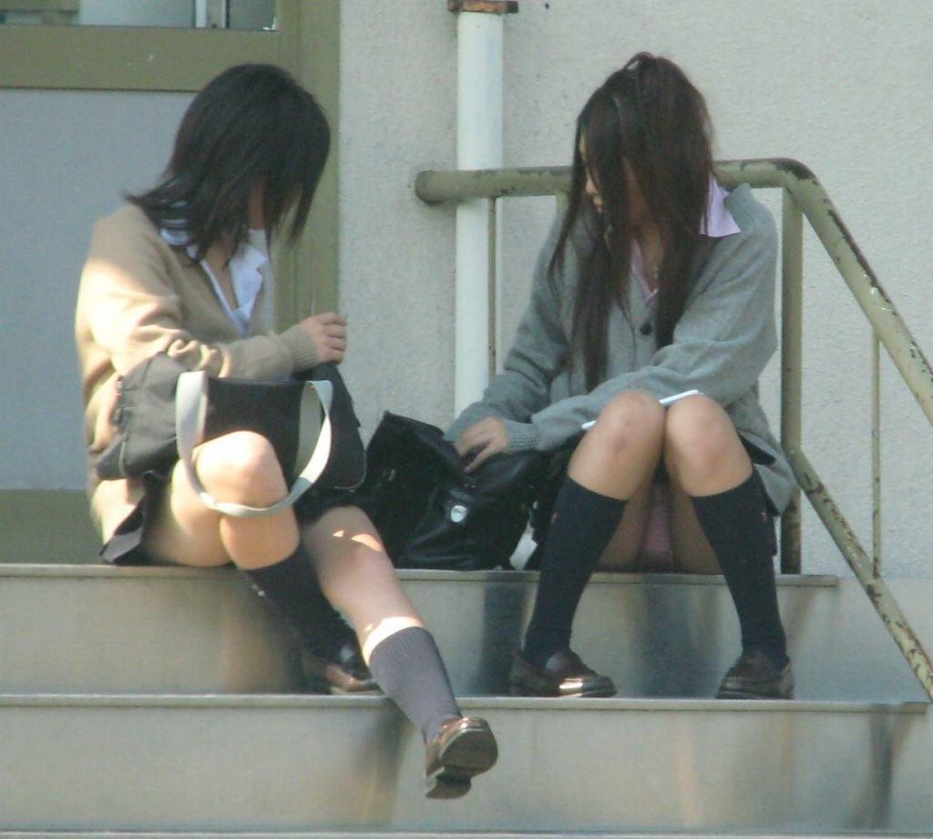 無防備に座ってパンチラ (9)