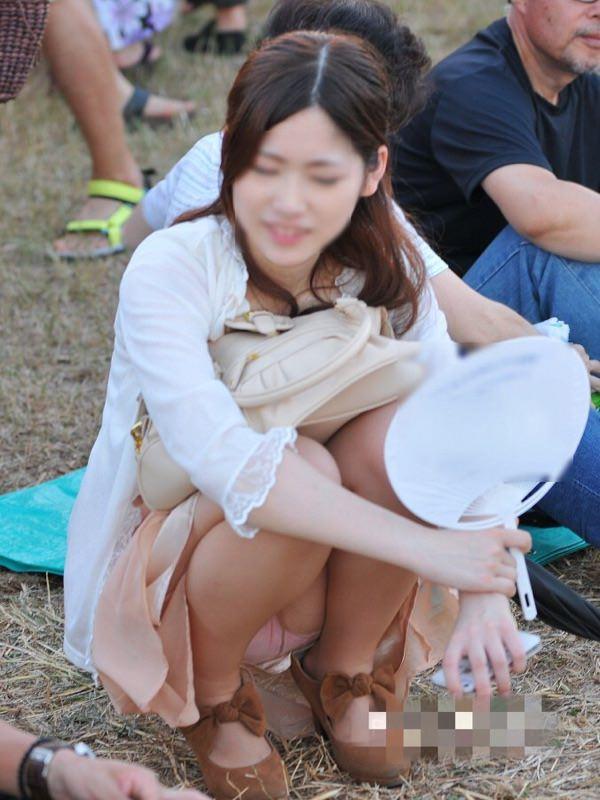 座ったらスカートと太腿の隙間からパンチラ (12)