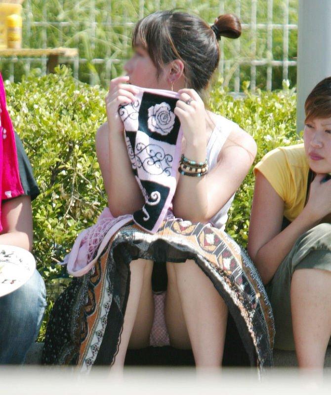 座ったらスカートと太腿の隙間からパンチラ (5)