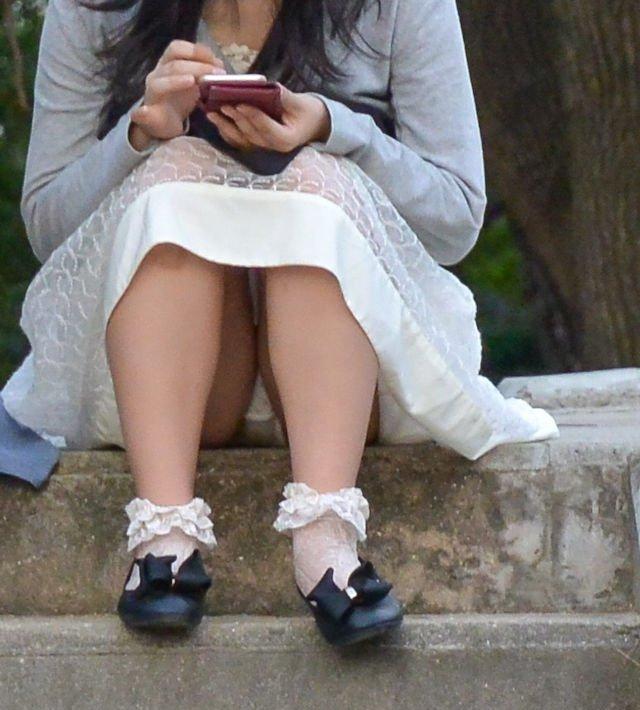 座ったらスカートと太腿の隙間からパンチラ (11)
