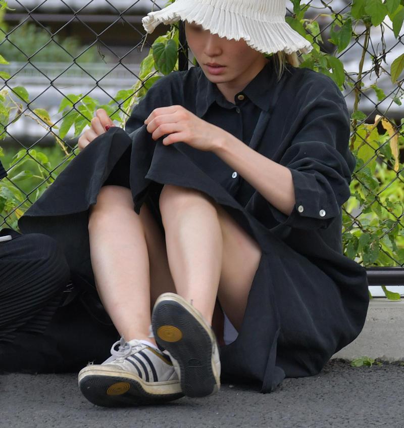 座ったらスカートと太腿の隙間からパンチラ (16)