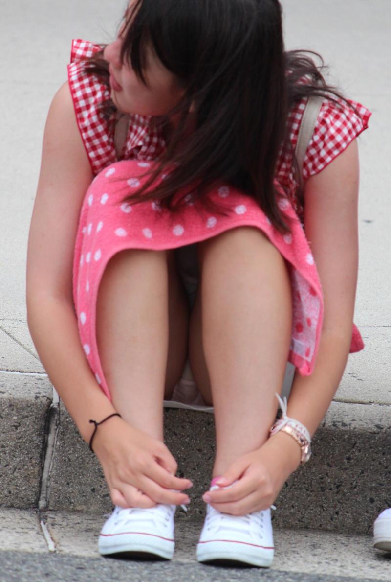 座ったらスカートと太腿の隙間からパンチラ (2)