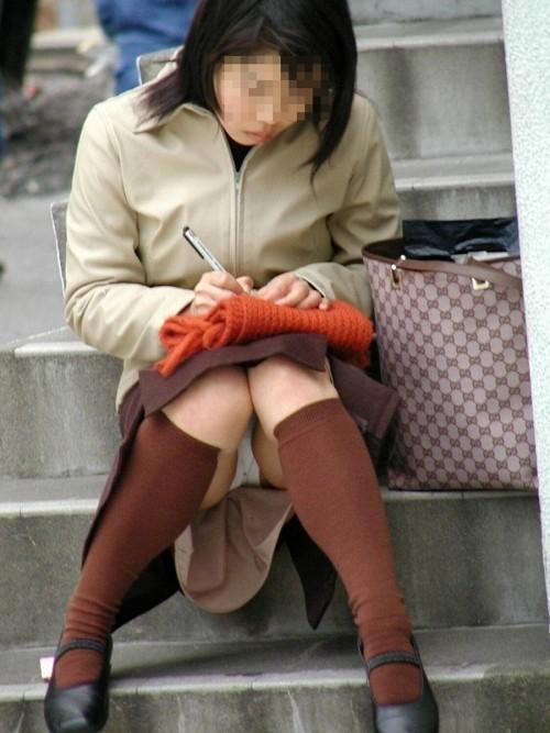 座りパンチラしてる無防備な素人さん (8)