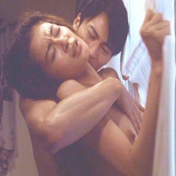 女優たちが濡れ場で、綺麗な美乳を丸出しにした瞬間