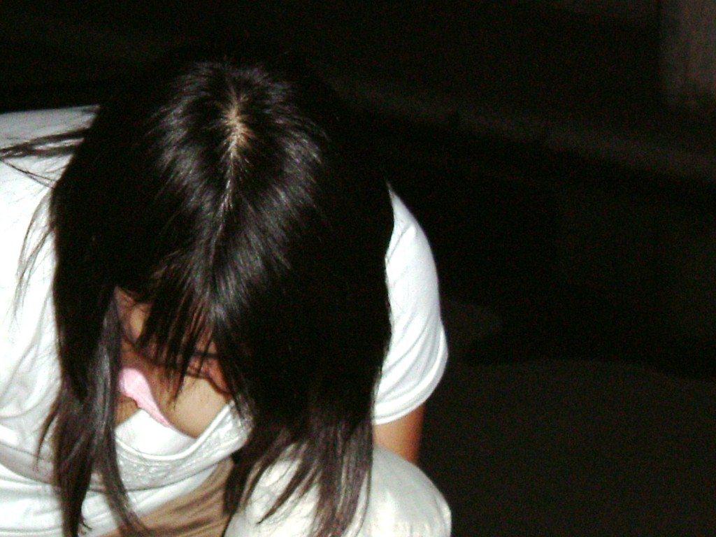 巨乳女性の豪快な胸チラ (12)