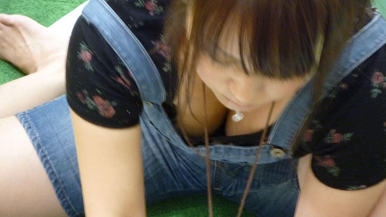 巨乳の谷間を胸チラ (2)