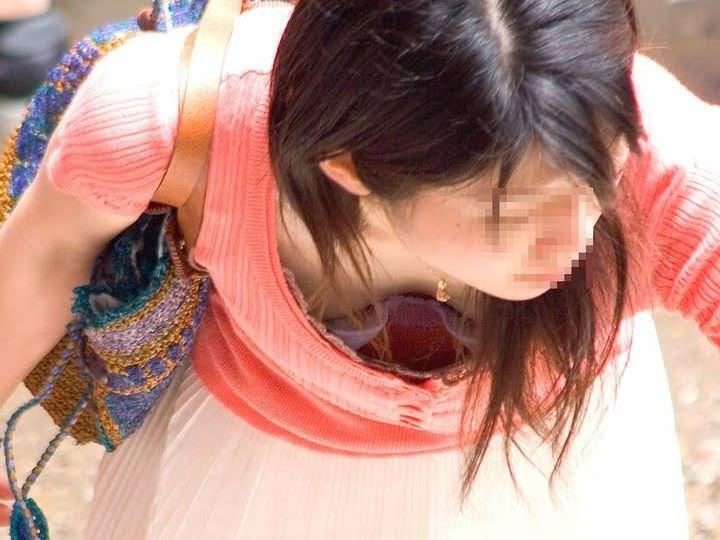 巨乳の谷間を胸チラ (9)