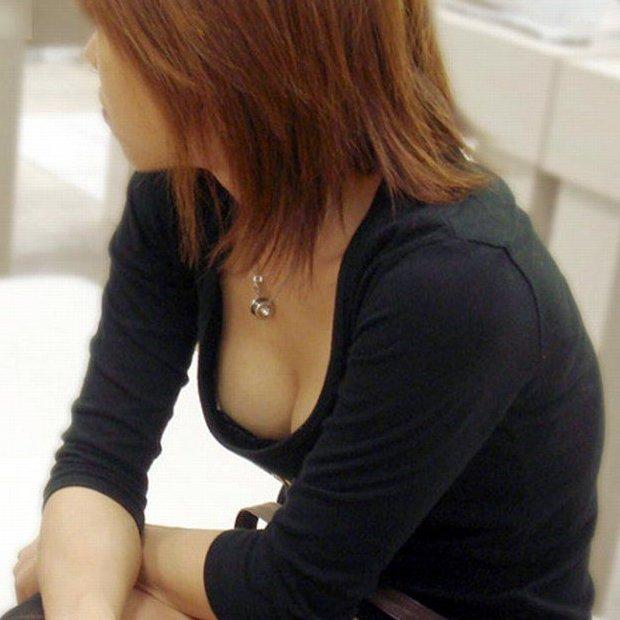 巨乳の谷間を胸チラ (1)