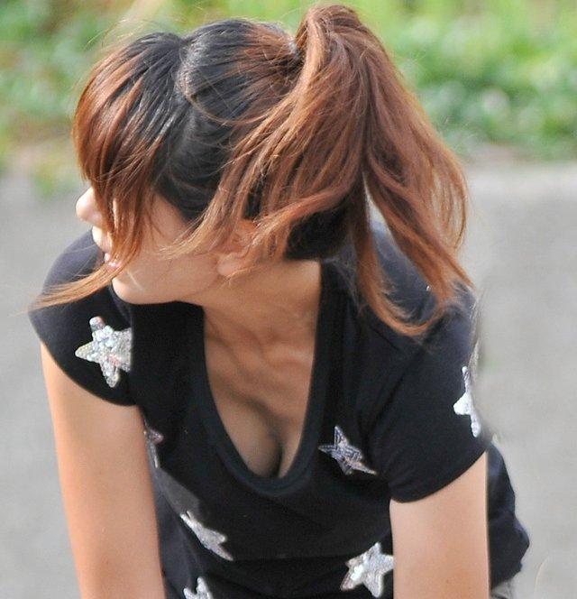 巨乳の谷間を胸チラ (4)