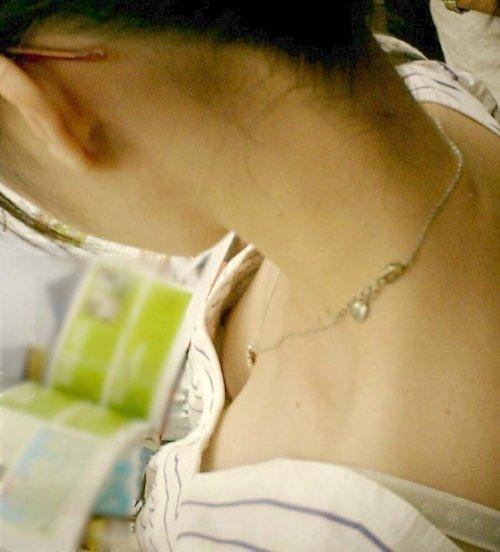 胸の谷間や乳首がチラ見え (8)