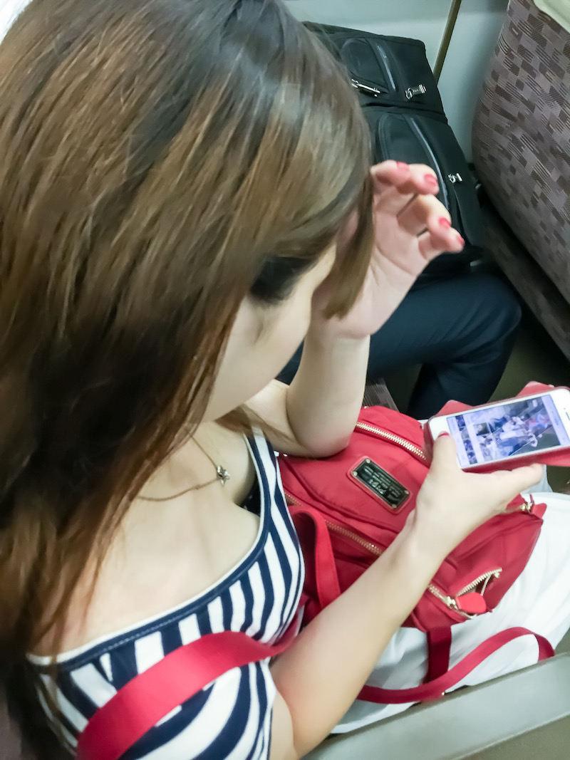 電車で見かけた胸チラ女性 (9)