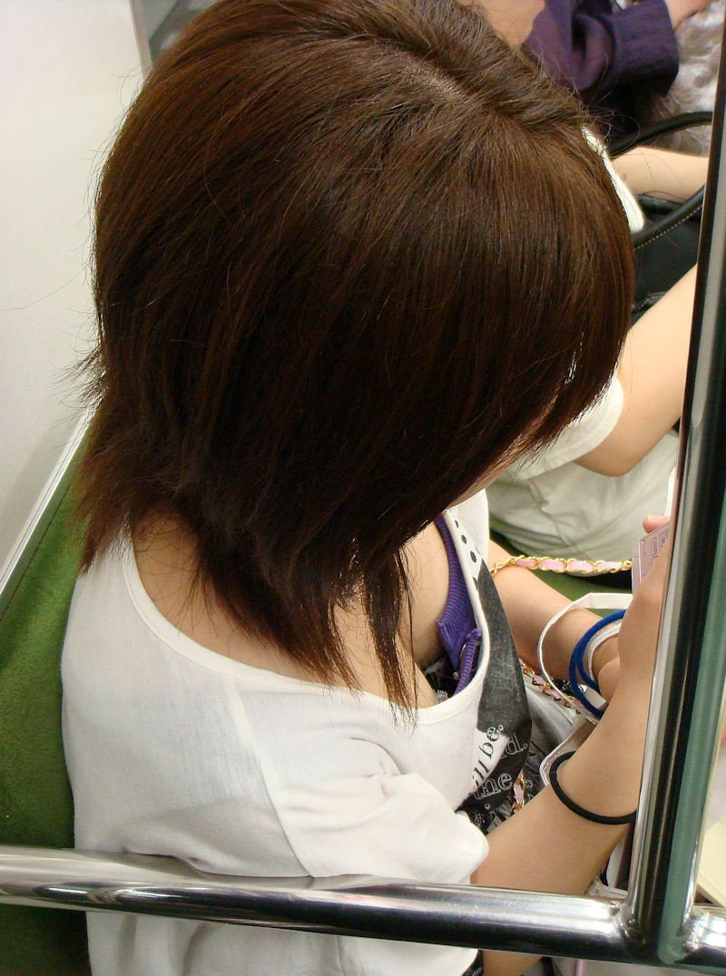 電車で見かけた胸チラ女性 (3)