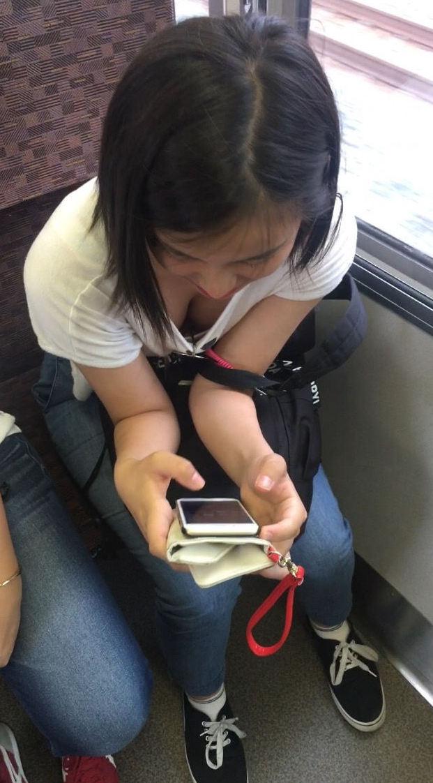 電車で見かけた胸チラ女性 (19)