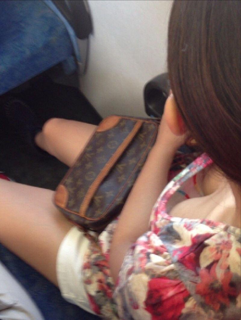電車で見かけた胸チラ女性 (11)