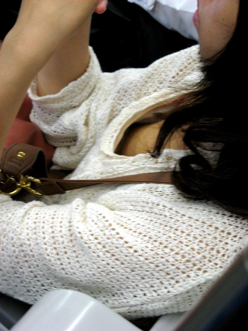 電車で見かけた胸チラ女性 (20)