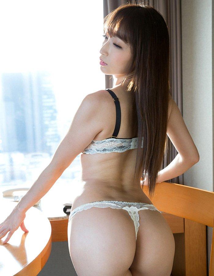 腰から尻にかけての曲線美 (8)