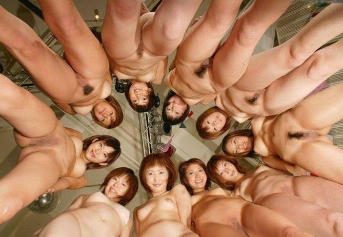 全裸美女たちが集まって撮影 (14)