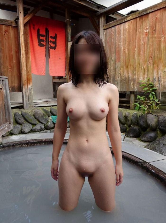 露天風呂で女友達にヌードを撮られた (19)