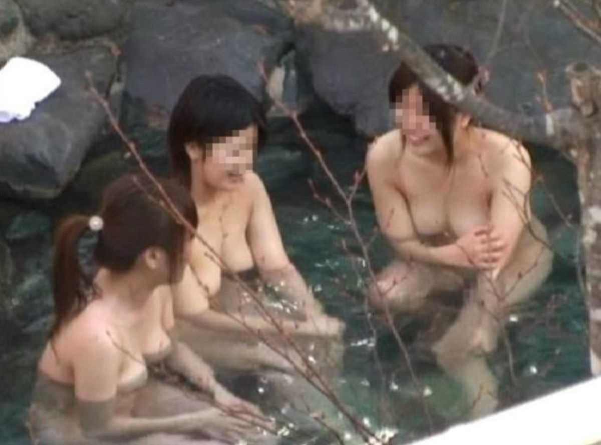 露天風呂に入浴中の素っ裸な女の子 (3)