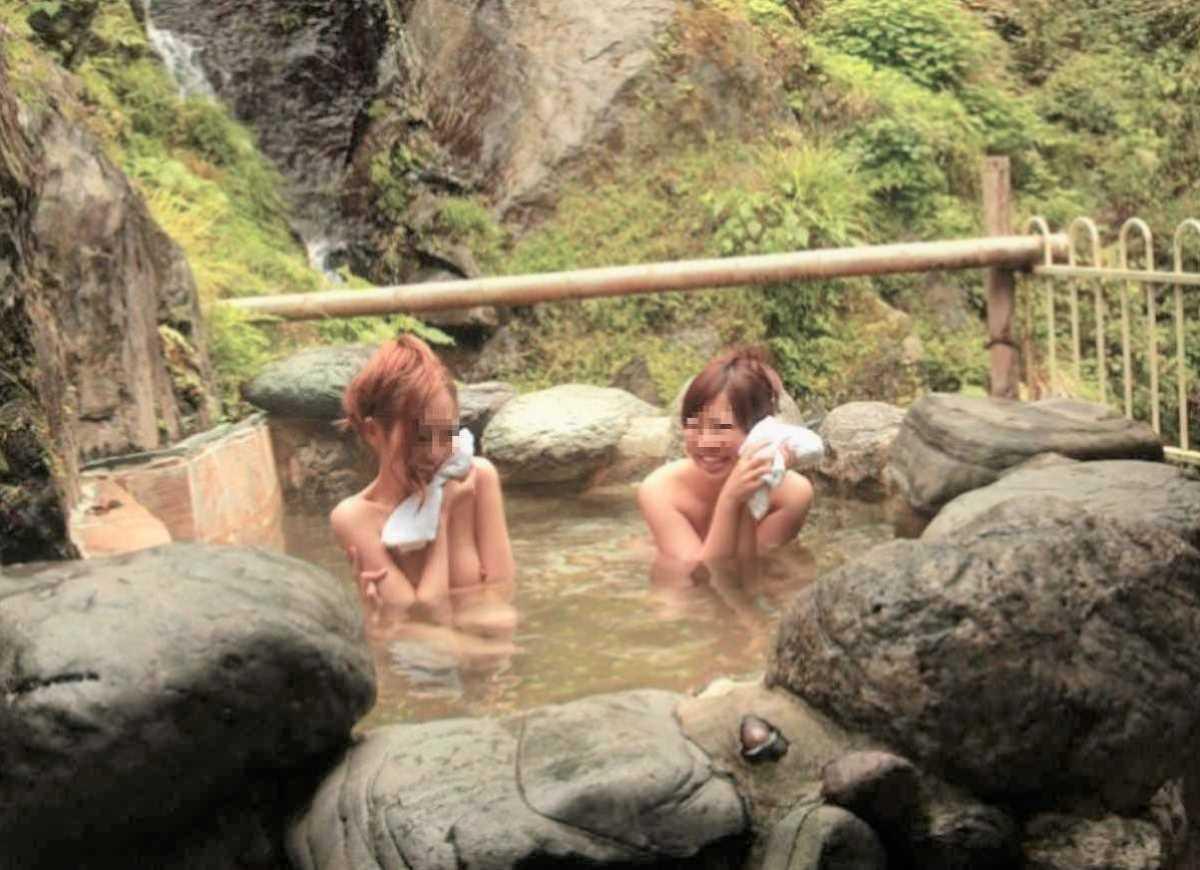 露天風呂に入浴中の素っ裸な女の子 (15)