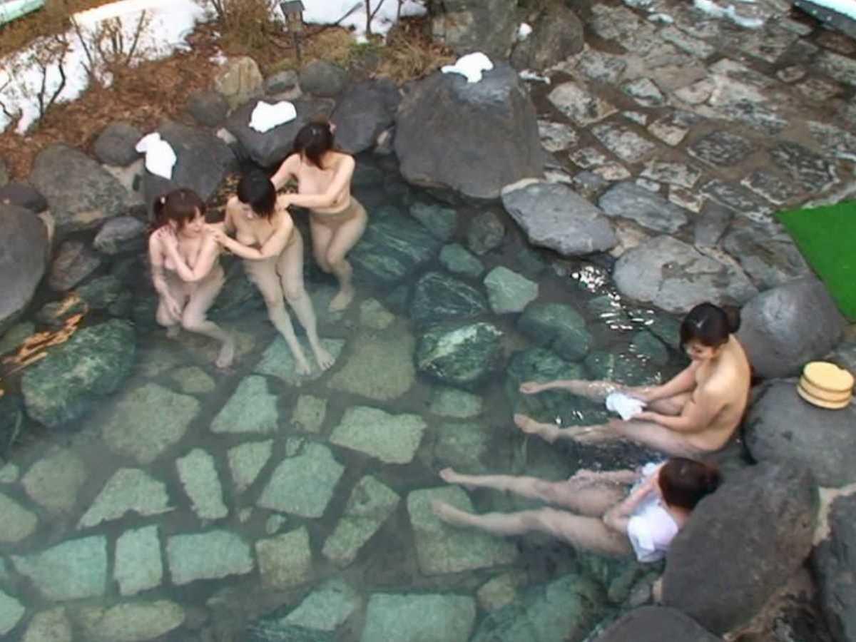 露天風呂に入浴中の素っ裸な女の子 (5)