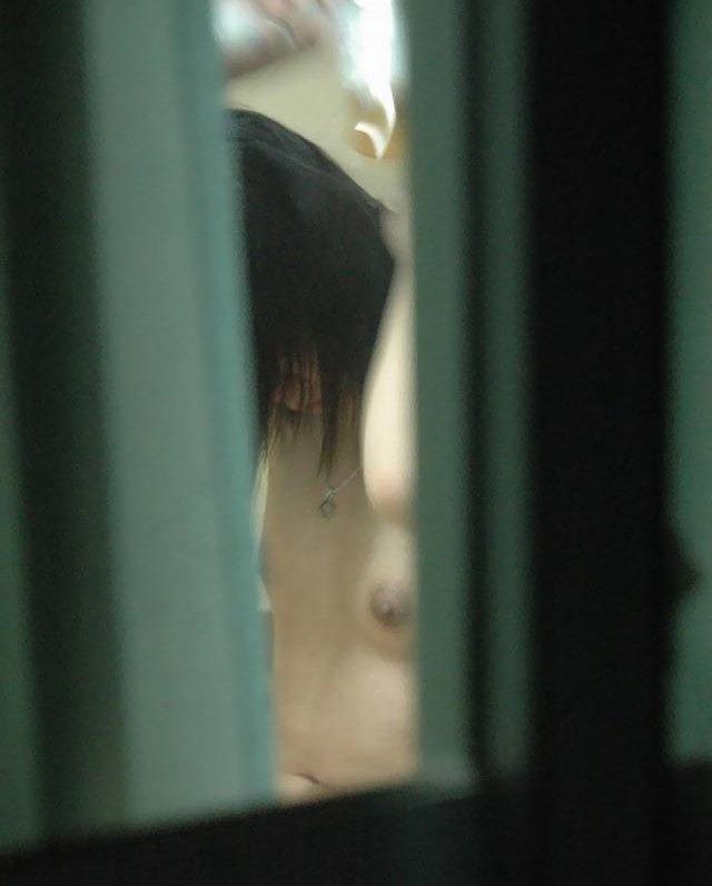 民家の窓から全裸の女の子が見えた (17)