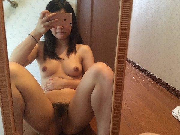 ヌード自撮りを公開する女の子 (16)