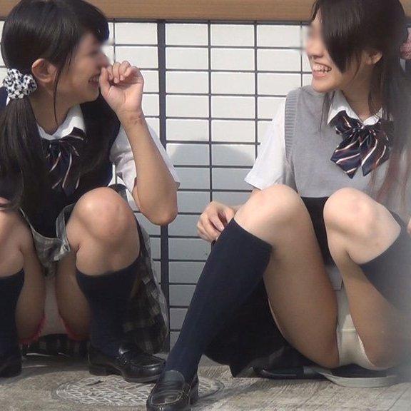 スカート姿で座ってパンチラ (1)