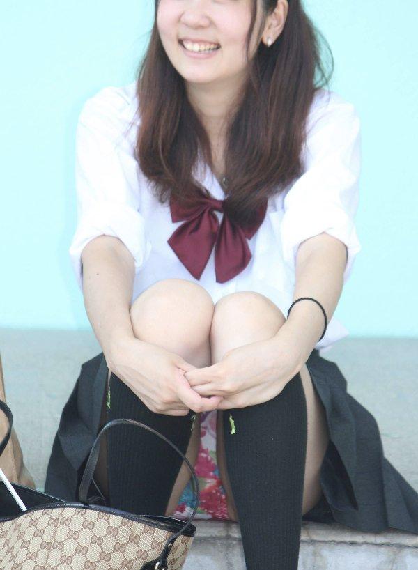 スカート姿で座ってパンチラ (2)