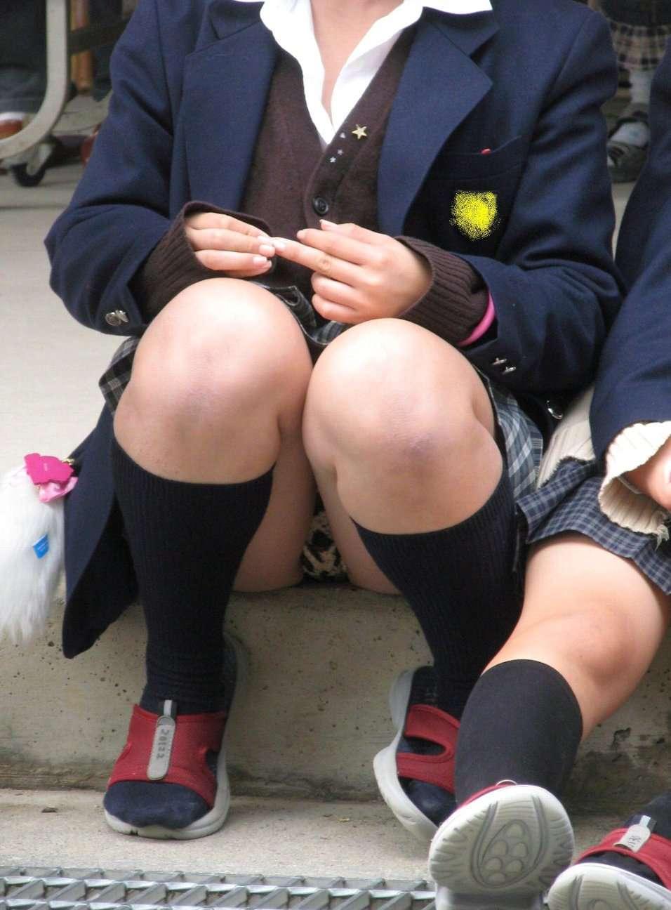 スカート姿で座ってパンチラ (11)