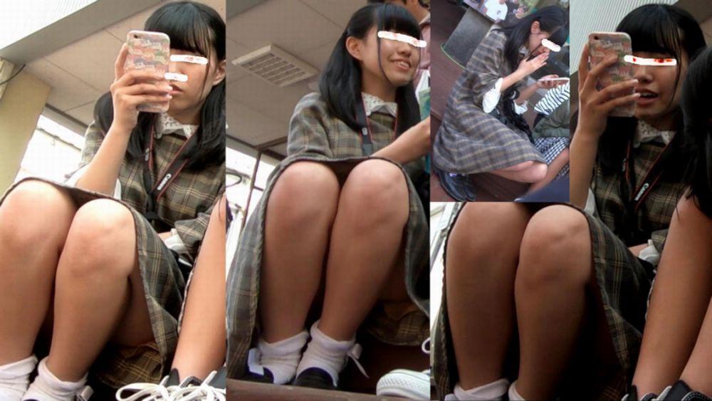 スカート姿で座ってパンチラ (9)