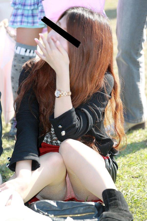 スカート姿で座ってパンチラ (16)