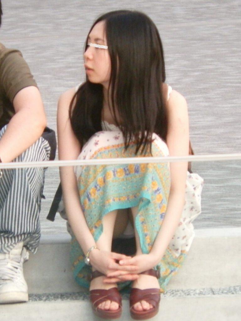 スカート姿で座ってパンチラ (3)