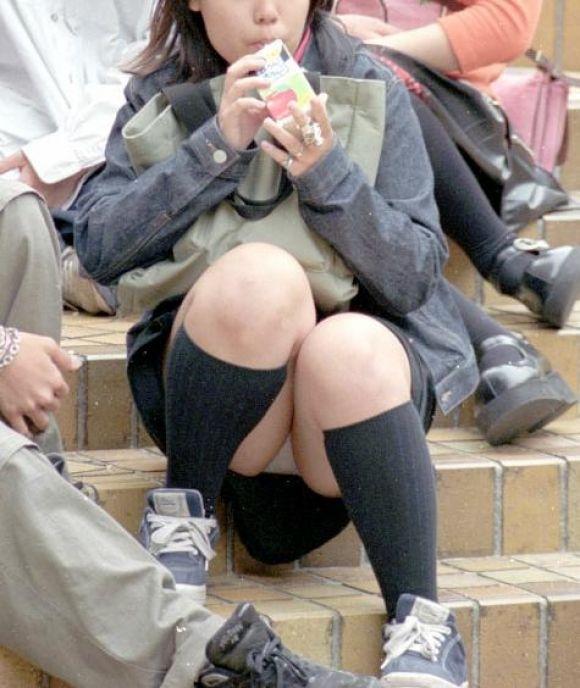 スカート姿で座ってパンチラ (15)