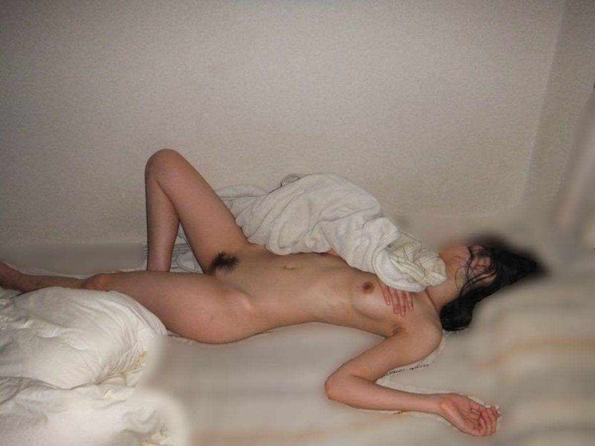 裸で寝てる素人女性を撮っちゃう (18)