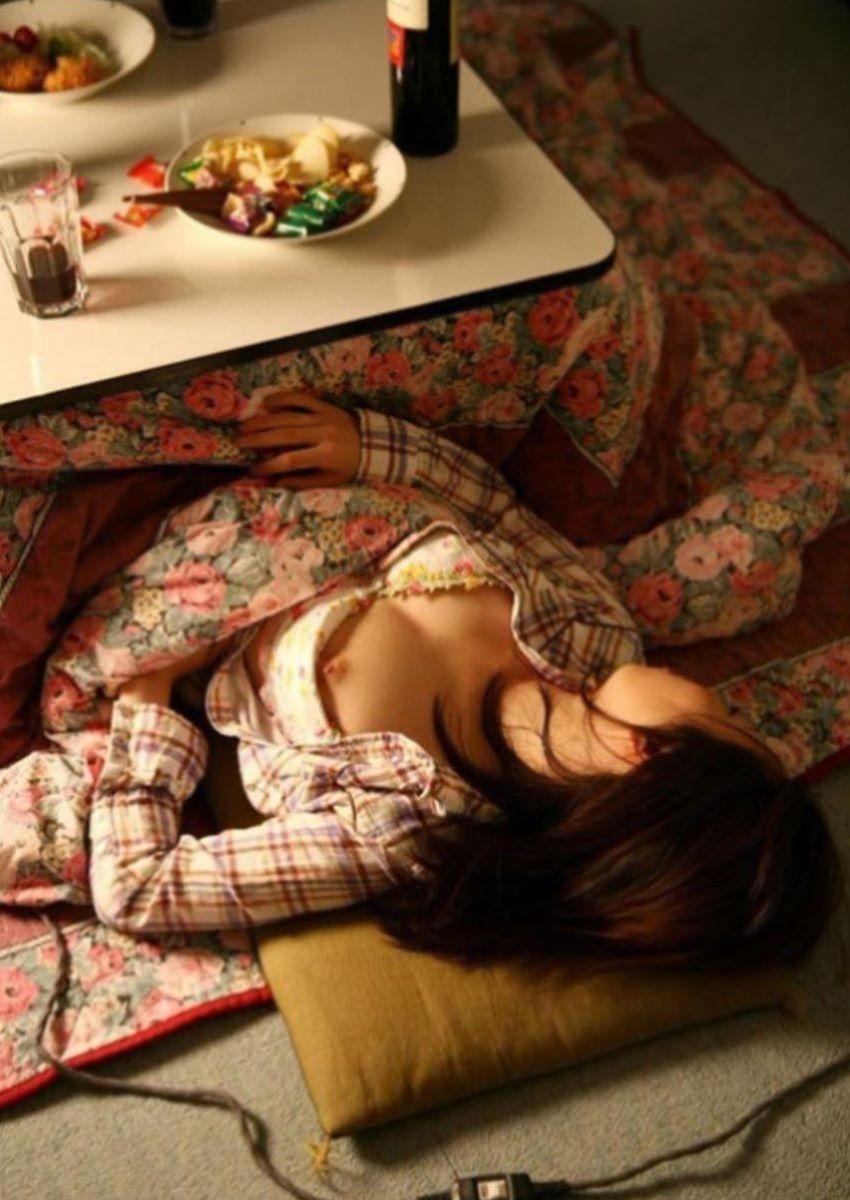裸で寝てる素人女性を撮っちゃう (15)