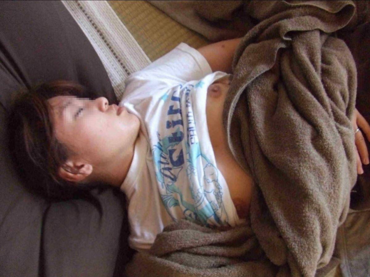 裸で寝てる素人女性を撮っちゃう (4)