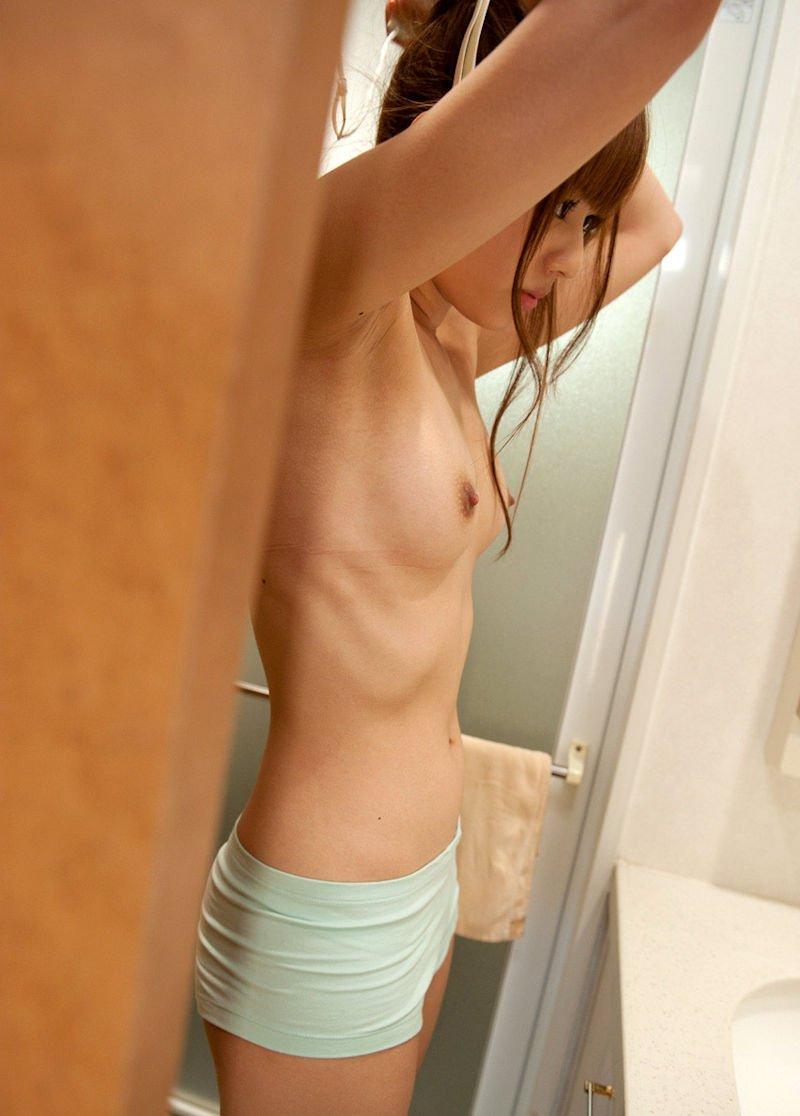 脱衣途中の半裸女性 (6)
