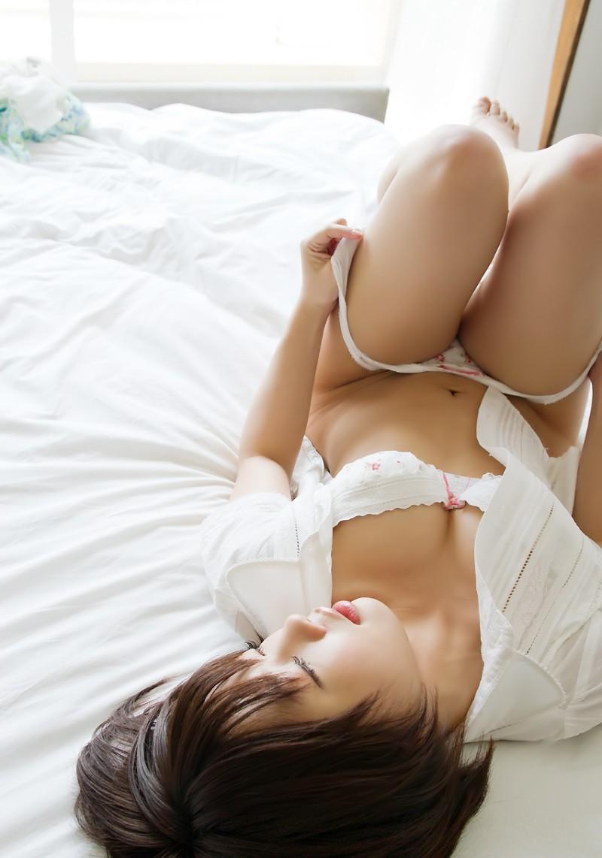 脱衣途中の半裸女性 (3)