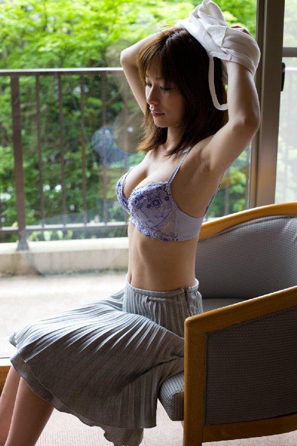 脱衣途中の半裸女性 (18)