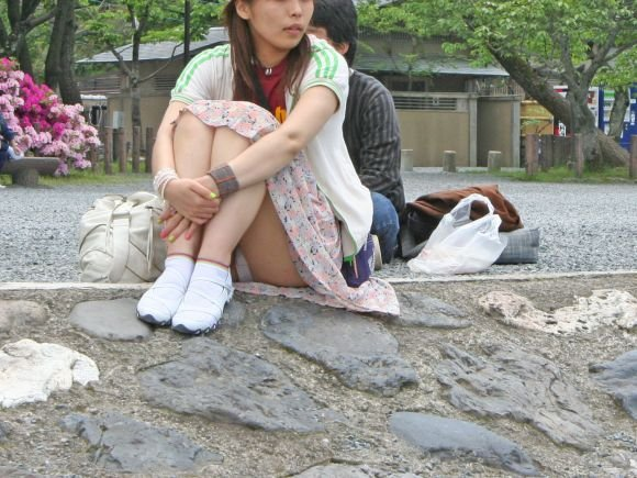 座ってパンチラしちゃった女の子 (11)