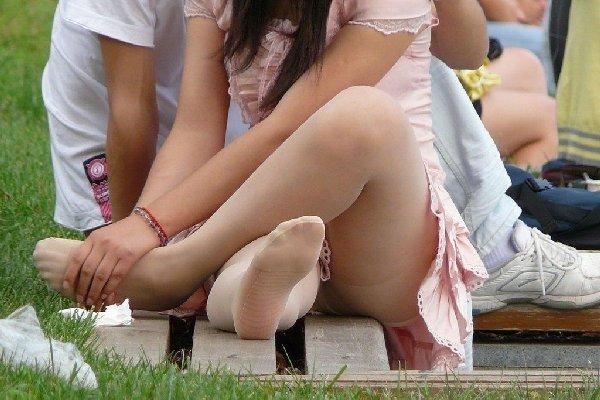 座ってパンチラしちゃった女の子 (15)