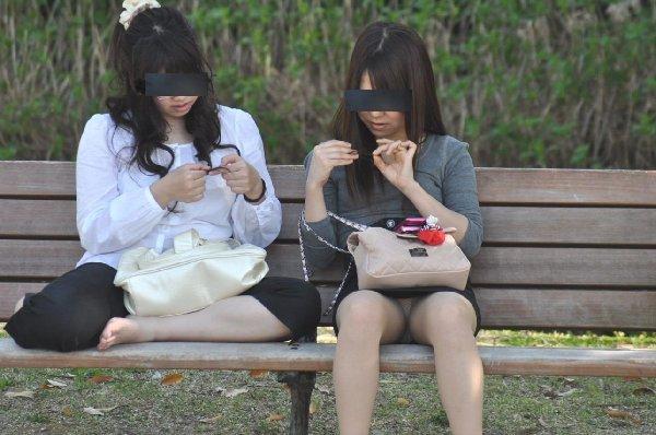 座ってパンチラしちゃった女の子 (14)