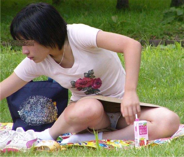 座りパンチラしてる女の子 (16)